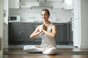 Femme Yoga en cuisine