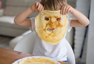 petit garçon avec masque crepe