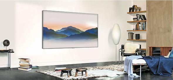 TV QLED accorché au mur dans salon