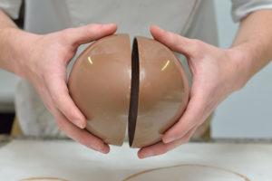 Assembler les coques chocolat de l'œuf