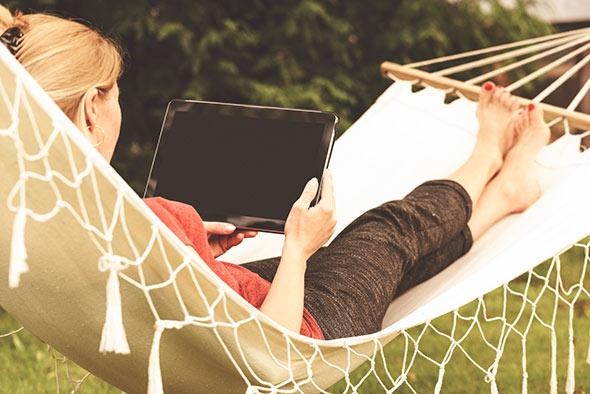 Guide du sans fil - femme avec tablette dans jardin