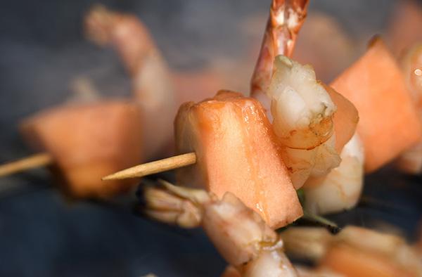 crevettes et melon grillés au barbecue