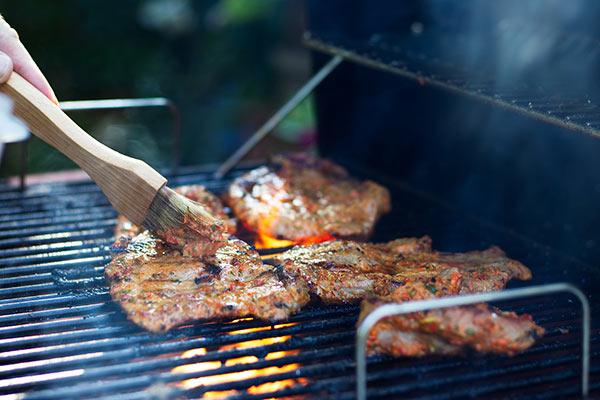 appliquer marinade au pinceau sur barbecue