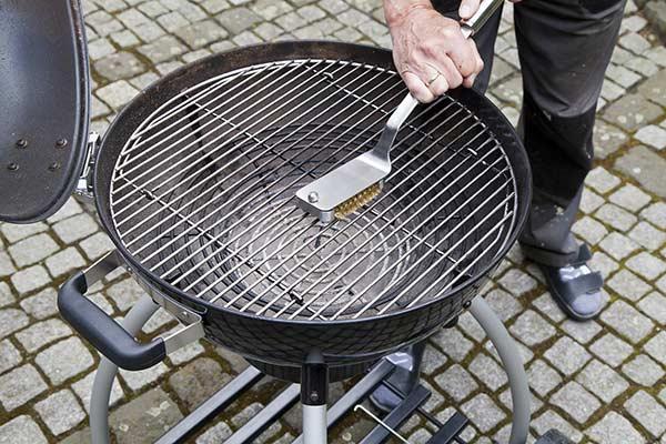 bien nettoyer son barbecue avec brosse