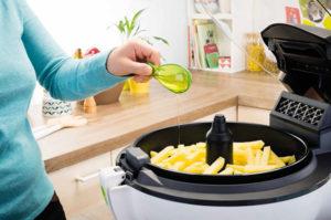 Actifry : friteuse avec une cuillère d'huile
