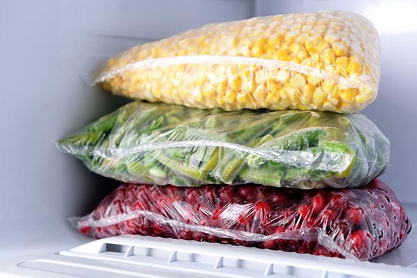 congeler les aliments dans des sachets plastique