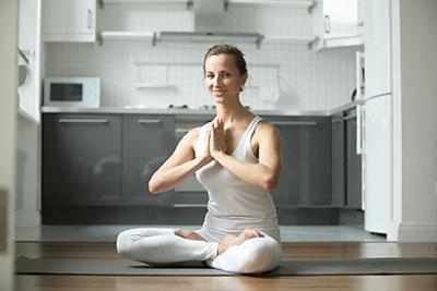 femme-yoga-cuisine-robot-cuiseur-1