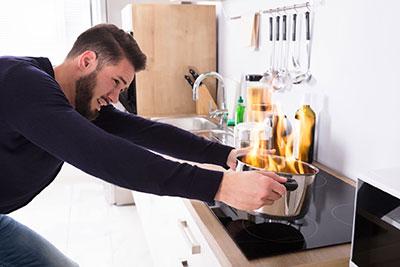 homme-help-casserole-robot-cuiseur