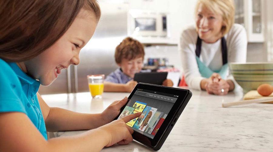 enfant qui joue avec une tablette