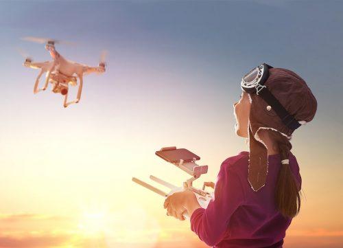 enfant joue avec drone