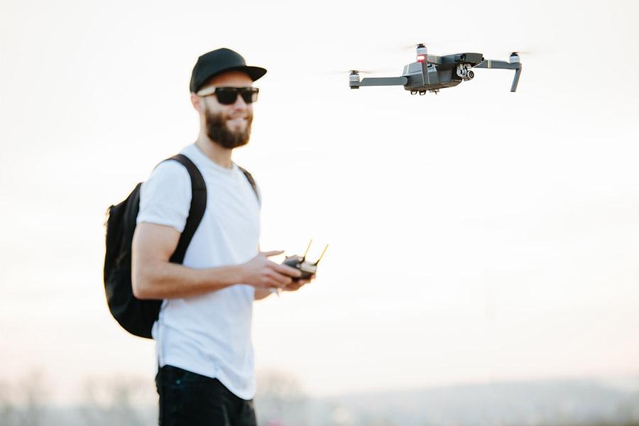 homme fait voler drone dehors