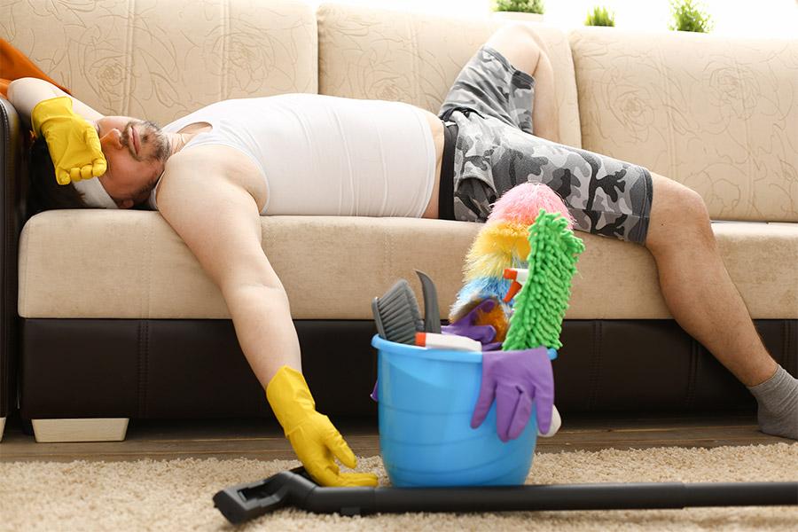 homme fatigué sieste après ménage
