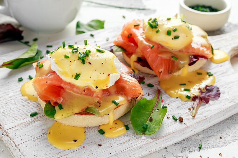 oeuf bénédicte au saumon sur muffin ciboulette