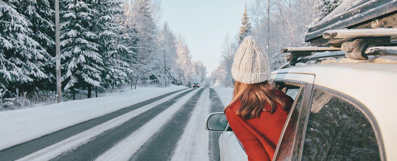 femme avec bonnet dans voiture à la montagne