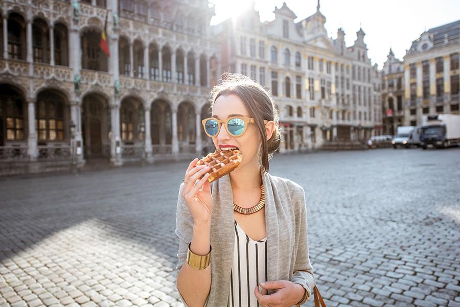 femme qui mange gaufre en belgique