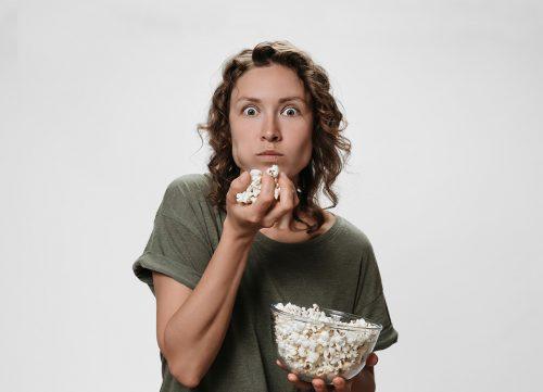 femme qui regarde série tv