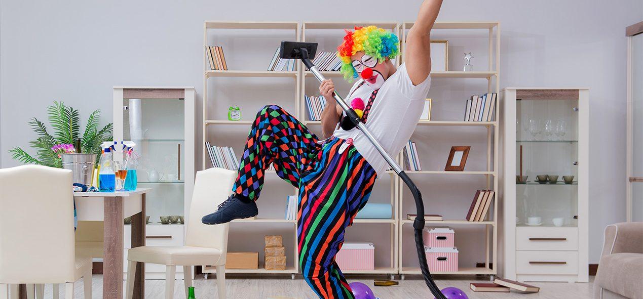 clown qui passe l'aspirateur