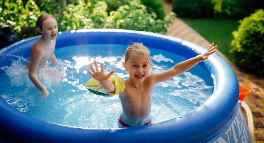 Enfants jouant dans une piscine gonflable