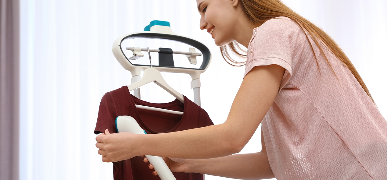 slide-femme-passant-defroisseur-vapeur-sur-t-shirt-ubaldi
