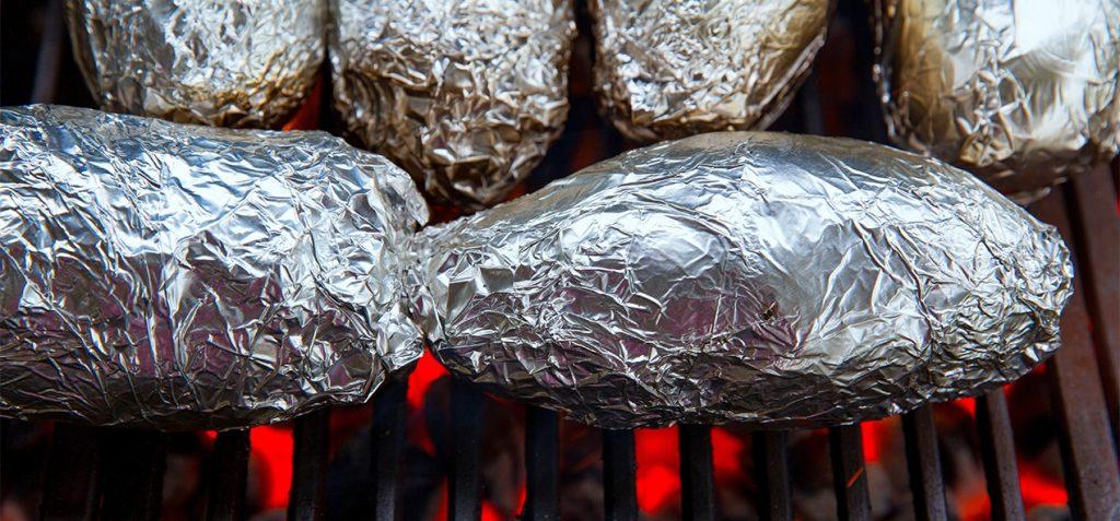 patate-au-barbecue-avec-enveloppe-aluminium